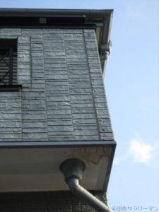 雨漏り跡があるバルコニーの家