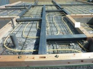 地熱床暖房用のパイプが敷き詰められた家の基礎