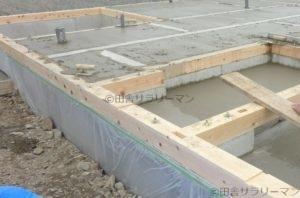 地熱床暖房用のパイプを埋めた後の基礎