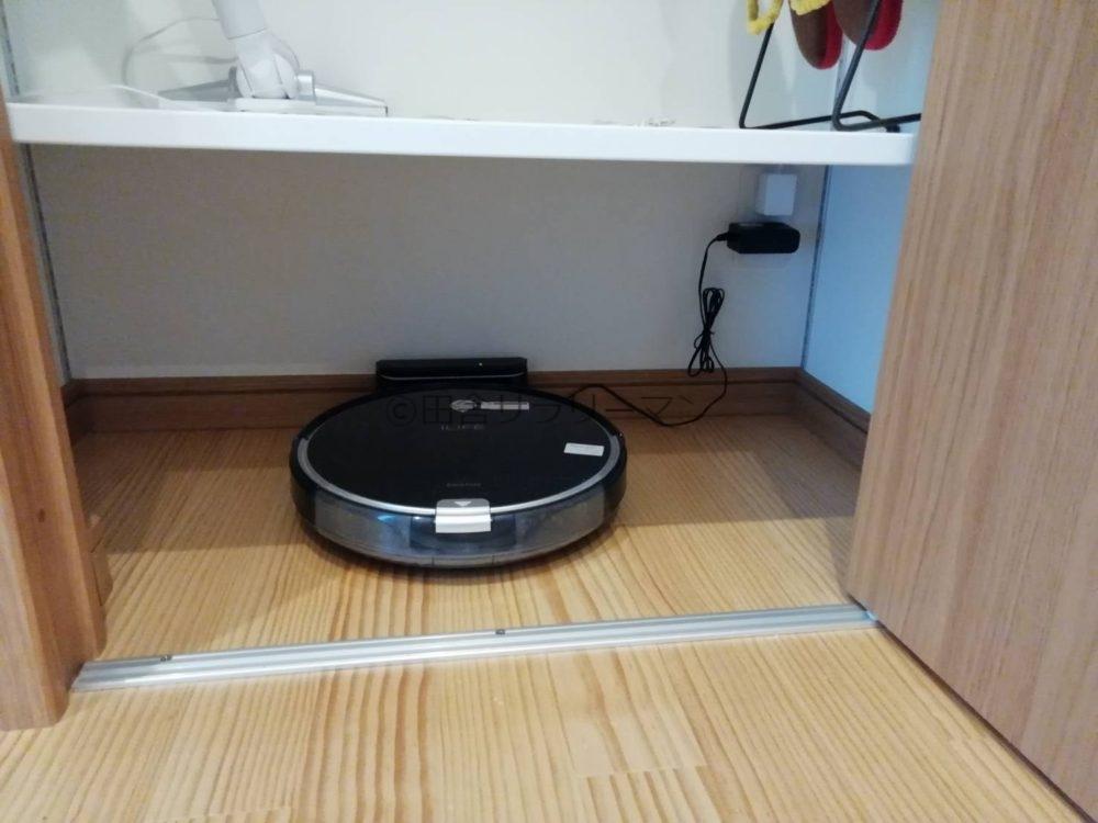 可動棚収納内のロボット掃除機