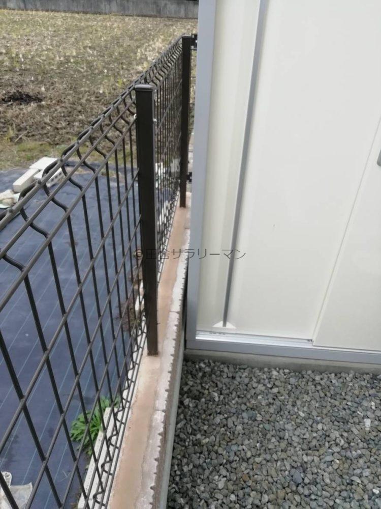 擁壁と物置の間の隙間